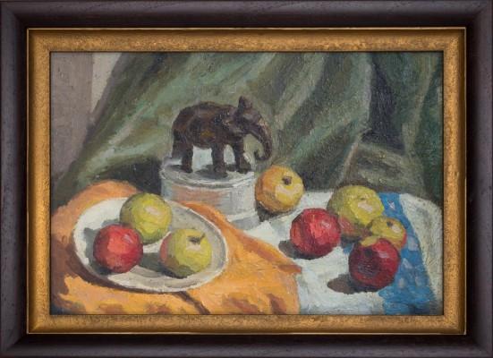 Martwa natura z jabłkami i słonikiem